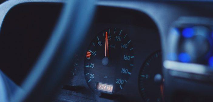 Speedometer viser 100 km i timen fart