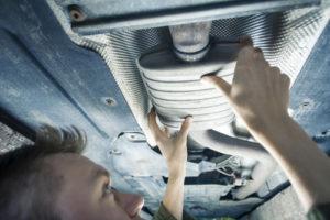 Mekaniker skifter udstødning