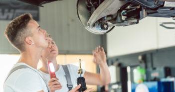 Mekanikere udskifter støddæmper på bil